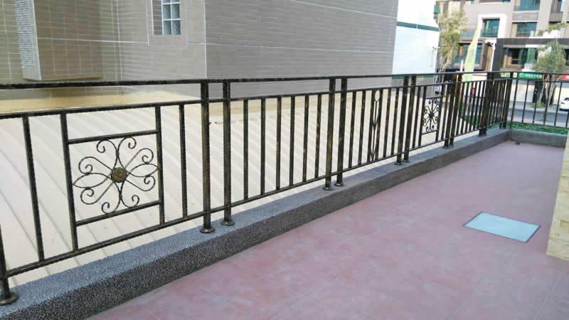 二樓空中花園步道和鍛造圍籬