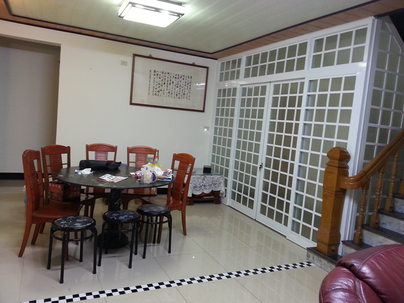 白色和室門和白色磁磚60x60